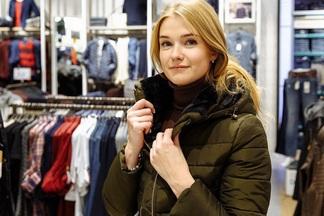 Новая коллекция верхней одежды для девушек и парней появилась в фирменных магазинах Colin's