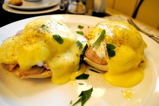 Завтрак в городе: яйца Бенедикт в News Café