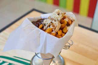 Уникальный стрит-фуд из Барселоны на Зыбицкой: картофель-фри, соус и топпинг по технологии су-вид в кафе Papa Fritas