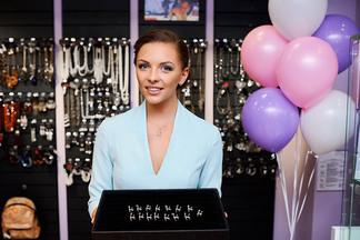 Гимнастка Мелитина Станюта презентовала новое украшение-подвеску в своем магазине бижутерии и аксессуаров Variety