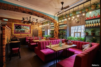 Авторская кухня, живая музыка и театральные вечера. На Якуба Коласа открылось кафе «Место замечательных людей»