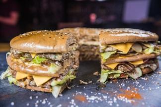 Фотофакт: в минском баре предлагают съесть 4-килограммовый бургер (вдвоем) за полчаса и не платить за него