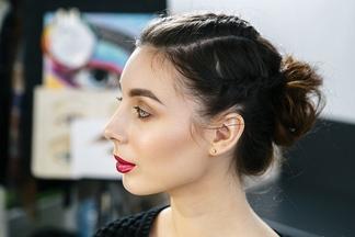Блестящие губы и красные тени: создаем с визажистом три актуальных макияжа для новогоднего корпоратива