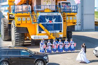 Новый свадебный тренд: белорусская пара устроила выездную регистрацию на самосвале «БЕЛАЗ»