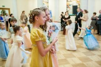 В Минске про шел Рождественский благотворительный бал в стиле ампир