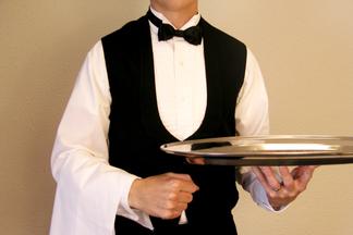 «В нашей профессии много случайных людей!» Официант с 15-летним стажем откровенно рассуждает о проблемах белорусского сервиса
