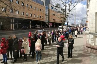 Фотофакт: Ecolines объявил скидки 50% на два часа, в очередь за билетами выстроились десятки минчан