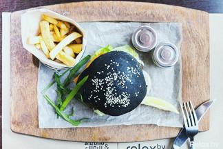 Мы знаем, чем вас удивить: в столичном кафе появились черные бургеры