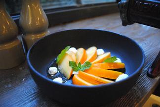 Хурма, котлетки и суп из щавеля: что предлагают на обед в Spoon