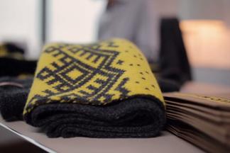 Теперь не только на скульптурах! velcom собирается раздавать клиентам вязаные шарфы и шапки