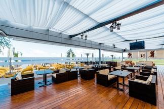 «Космос наш», шезлонги, пляжный бар: как клуб наберегу Минского моря превратился в панорамное кафе с фьюжн-меню