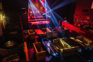 Поесть, попеть, потанцевать. В «Брюгге» открылся караоке-бар с отдельной сценой
