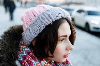 Street Fashion: милейшая брошь в виде динозаврика и шапка с Open Шкафа