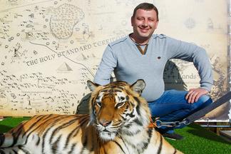 Много фото: как минчане фотографировались с живым тигром во время закрытой вечеринки в ресторане «Друзья»