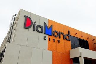 Фотофакт: За МКАД открылся торговый центр DiaMond City, где сегодня бесплатно сыграют «Ляпис 98»