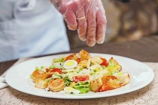 Фотофакт: готовим «правильный «Цезарь» в двух вариациях с шеф-поваром «Мон кафе»