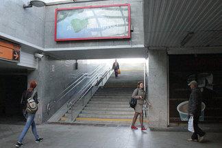 Давно пора. Годами не работавший эскалатор у ТЦ «Столица» заменили обычной лестницей