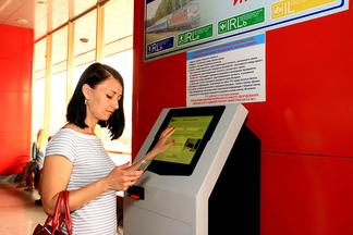 На железнодорожном вокзале Минска появился автомат, печатающий билеты, которые куплены через Интернет