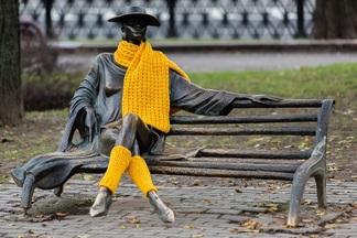 Фотофакт: зачем на 15 скульптур в Минске надели желтые шарфы и шапки