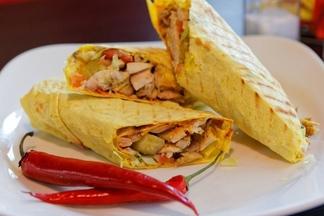 Больше шаурмы: что съесть в новом минском кафе «Куркума» с едой от сирийского шеф-повара