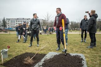 Вишневое настроение: журналисты и блогеры посадили именные деревья в Лошицком парке