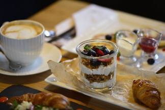 В KITCH'N Brasserie появились завтраки и поменялся график работы