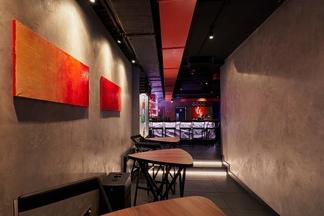 Коктейли, музыканты и минимализм. На улице Интернациональной, 25а открылся новый бар «Нора»