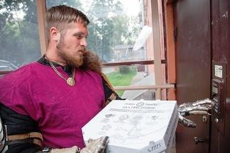 Фотофакт: пиццу известной минской сети доставляет рыцарь из «Игры престолов» (а заведения переименовали в Великие дома)