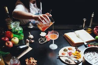 Фотофакт: как обучают барному искусству в люксовом клубе Минска