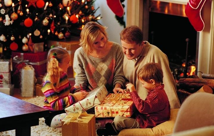 Новый год в кругу семьи сценарий прикольный с одним героем