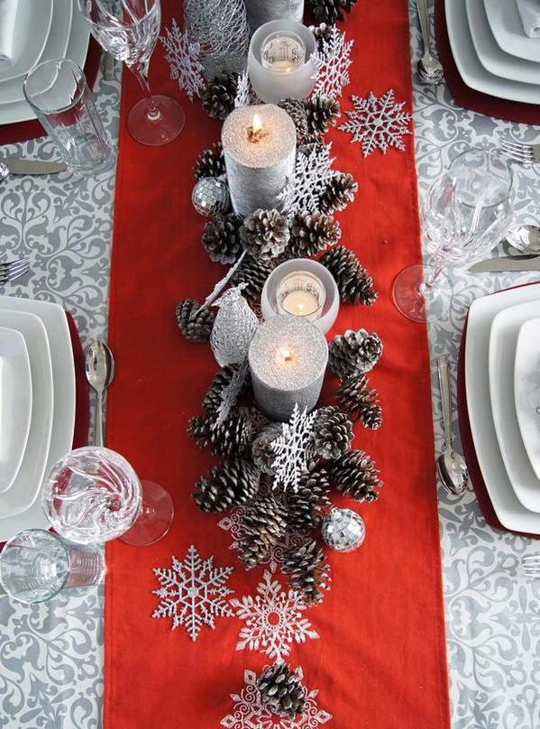 сервировать стол на праздники новый год свечи шишки идеи